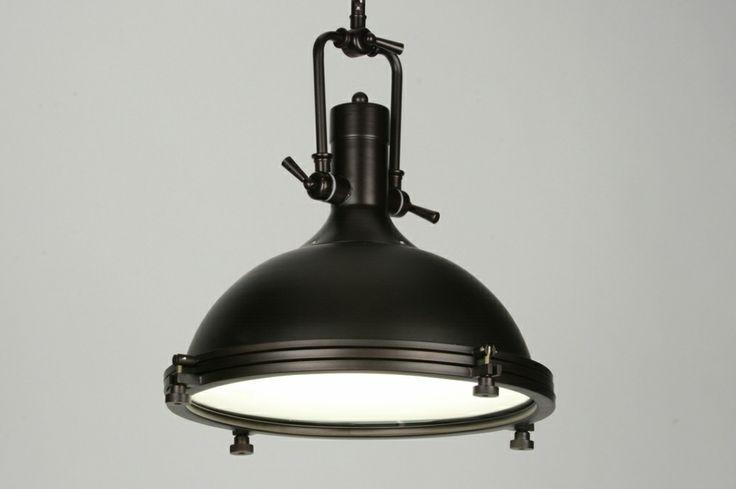 hanglamp 71669: Moderne hanglamp met een klassieke vleug! Deze bijzondere lamp voor aan het plafond heeft een strakke, halfronde kap. Door de minimale, klassieke details, zoals de beugelvormgeving en de ketting, ontstaat er een armatuur dat voor vele interieurstijlen gebruikt kan worden. Op het oog lijkt deze lamp misschien zwart maar in werkelijkheid is haar kleur heel diep donkerbruin, in matte uitvoering.