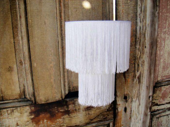 Симпатичный абажур можно сделать из  каркаса из металлических обручей, если  украсить его тесьмой с бахромой.