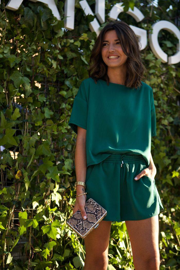 Look monocromático: conjuntinho todo combinadinho, fazendo bonito com o short e a blusa em verde esmeralda. Pronta e iluminada para tarde de calor! ---  Two pieces in emerald green!