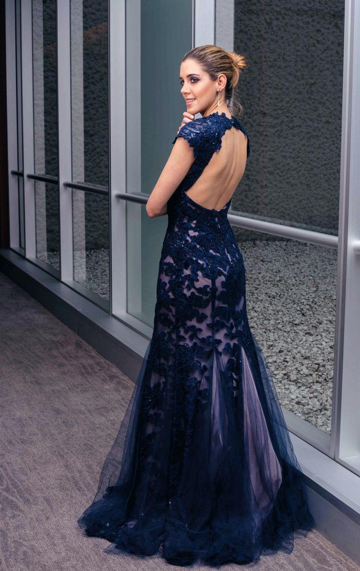 A deep blue backless long dress perfect for a wedding / Un vestido azul marino largo de noche, perfecto para una boda o un evento elegante