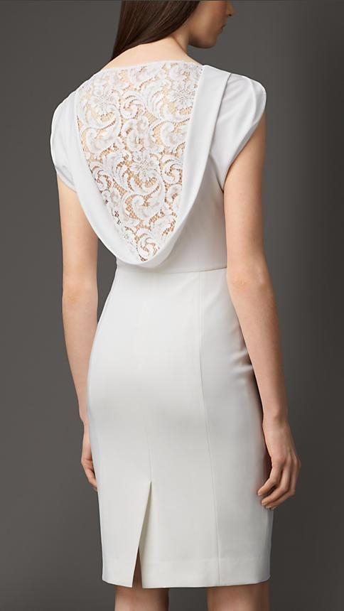 Renda nas costas. Chique e discreto. - Ótimo vestido para o casamento civil.