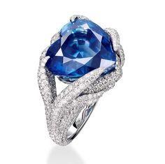 Anillo en oro blanco de 18 quilates engastado con 719 diamantes y un zafiro azul de Sri Lanka de aproximativamente 16 cts. Firma: Adler #adler #finejewellery #finejewelry #gold #oro #altajoyeria #diamond #diamonds #diamante #diamantes #cute #love #sapphire #zafiro #rubi #ruby #emerald #esmeralda #ring #anillo #heart #heartcut