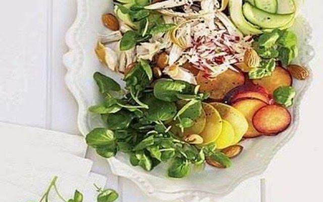 Insalata con pollo affumicato e prugne, la ricetta del sabato #insalata #con #pollo #affumicato #e #prugne
