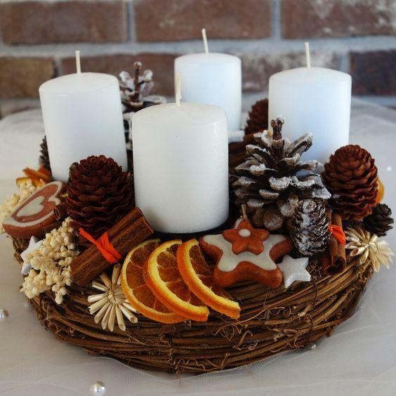 Adventní perníčkový věnec I. Na pevném proutěném korpusu jsou naaranžovány svíčkym umělé, ale dokonalé perníčky, koření, sušené ovoce... Svíčky jsou vyměnitelné Průměr 30 cm kód 723: