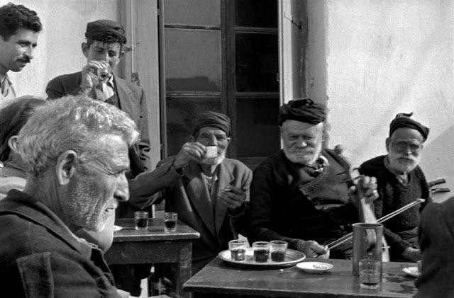 Λυράρης σε καφενείο-Κρήτη 1955