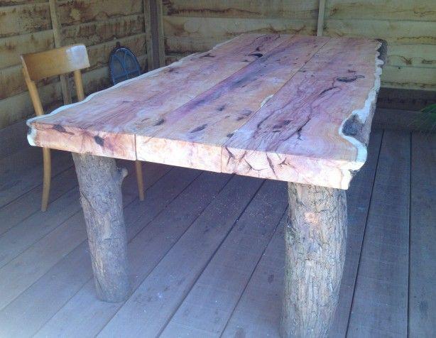 Mooi als je van een oude grote boom uit je tuin een tafel kunt maken. Deze taxus is het voorbeeld er van waar hij ooit groot is gegroeid. Staat hij nu te pronken als tuintafel in het tuin huis. Artoi heeft deze tafel met klant tot werkelijkheid gemaakt.
