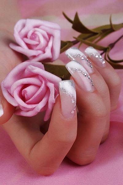 Επιλογές αμέτρητες για το νυφικό μανικιούρ. Υπέροχα διακριτικά λουλούδια και δαντέλα σε nude , απαλό ροζ και λευκές αποχρώσεις.  Το πιο απλ...
