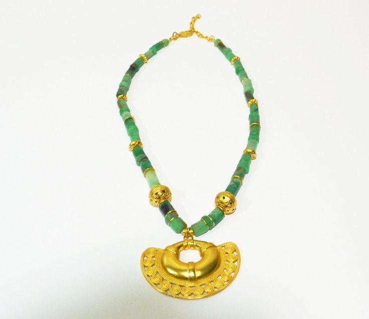 Collar de esmeraldas con piezas bañadas en oro de 24 K, hechas a la cera perdida usando una aleación pura de metales, película de protección para proteger el ba
