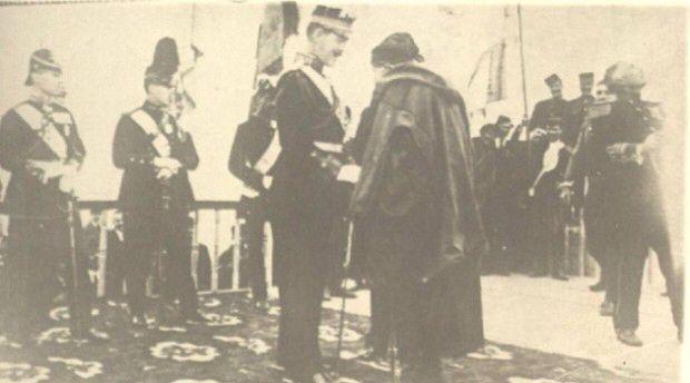 Κυριακή 1η Δεκεμβρίου 1913 Ο μονάρχης Κωνσταντίνος σε συνομιλία με τον γηραιό επαναστάτη Αναγνώστη Μάντακα