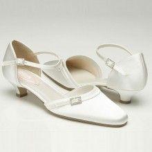 Eén van de populairste trouwschoenen met een hakje van 3 cm, de Feather van Pink. Ivory satijn. Verkrijgbaar bij Hip! Weddingdesign.