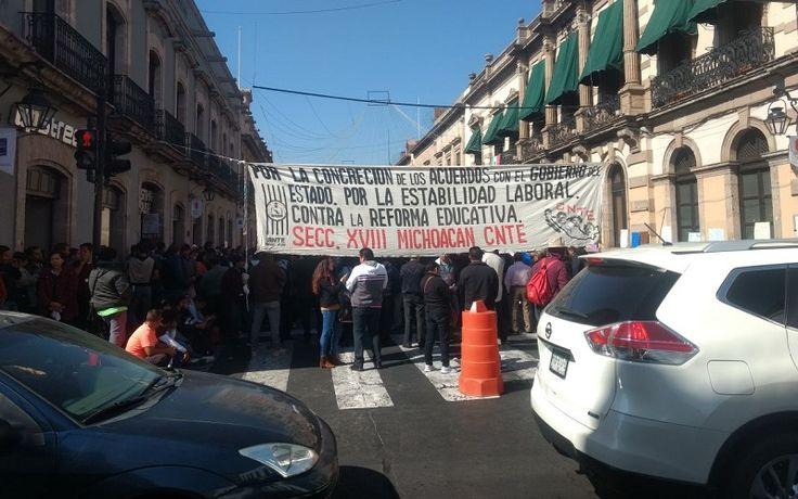 Frente a la sede del Congreso del Estado, las organizaciones sindicales bloquean la Avenida Madero y se quejan por la falta de pagos, descuentos y la reducción de presupuesto a ...