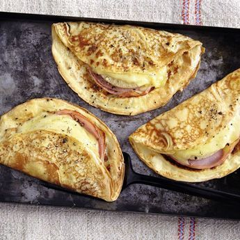 Einer der Klassiker, die immer wieder wunderbar schmecken. Dabei sind die herzhaften Pfannkuchen mit Käse und Ananas ganz einfach zubereitet.
