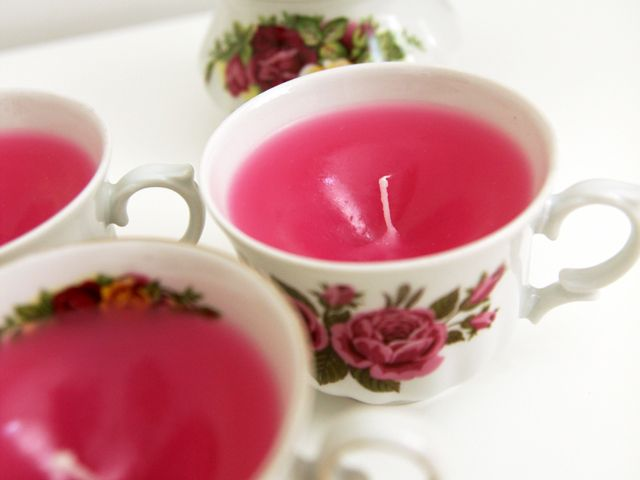 ¿Te gustan las velas aromáticas? En este tutorial te enseñamos a hacerlas tu misma reutilizando unas tazas de café.