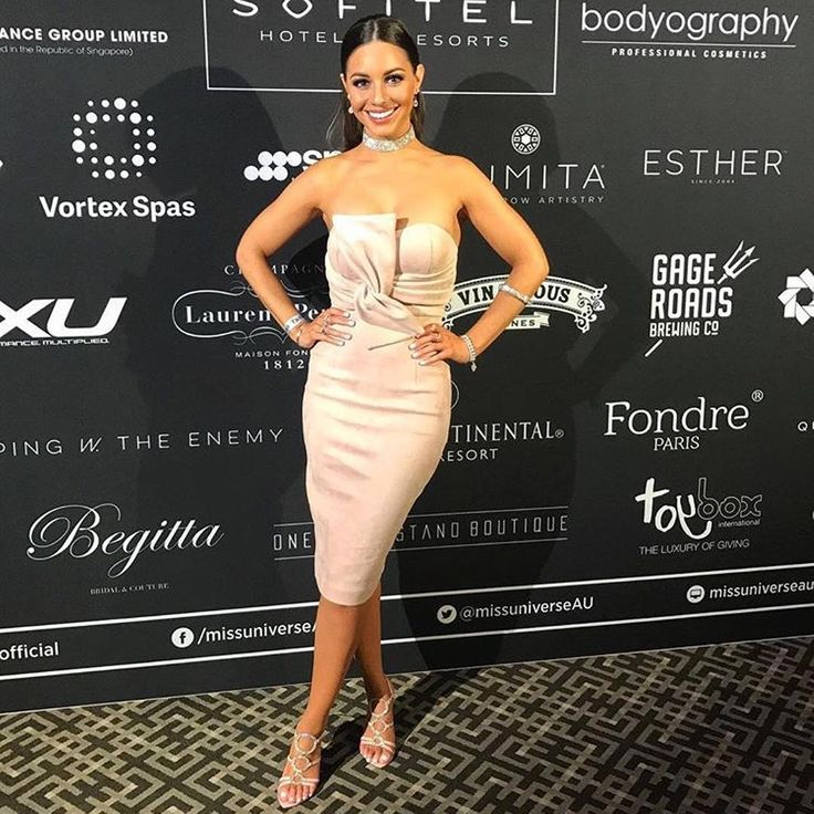 Zoe looks breathtaking in the Promise of Fire dress by @mossmanclothing 💖   Available to hire in sizes 8-12.  #glamcornerau #designerdress #dresshire #mossmanclothing