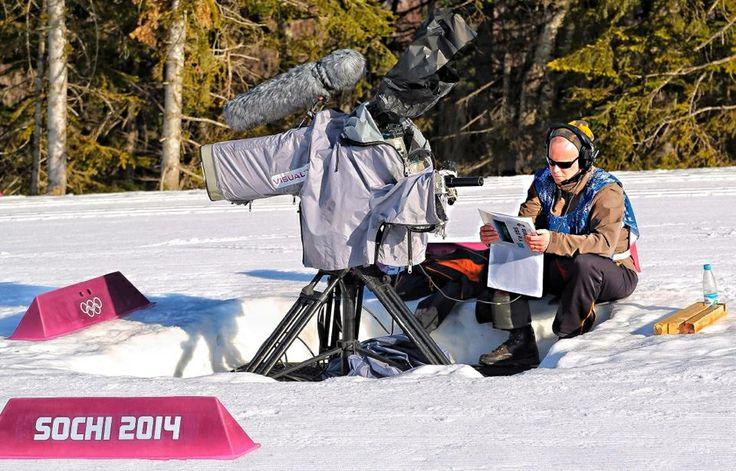 Kameramies Peter Niemi tutkii latukarttaa ennen kisaa, jotta tietää mistä hiihtäjät tulevat. #sotshi #ylemme. Kuva: Harri Anttila