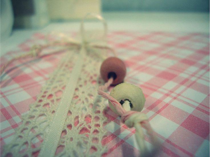Kanten lint met parels op geruit geschenkpapier, detailfoto.