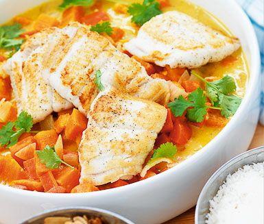 Morot och sötpotatisgryta med kokos, lime och mandel är en smakrik och förstklassig middagsrätt. Kokosmjölk, vitlök och koriander ger trivsam smak. Servera gärna grytan med fisk eller kyckling.
