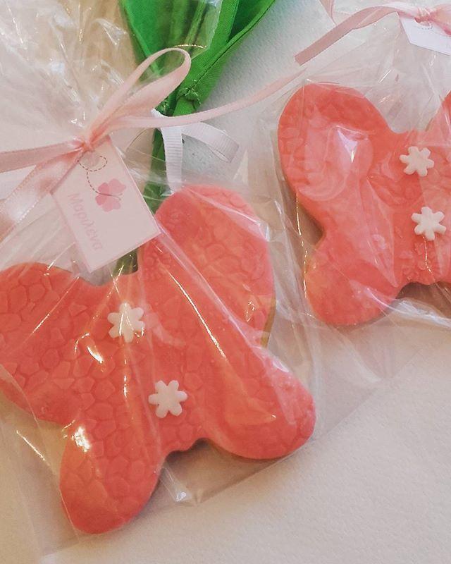 Butterfly Vanilla cookies with sugar paste .#cookies #sugarpaste #homemadesugarpaste #vanillacookies #sweet #fondant #sweettreats #sugarpasteart #sugarpastecookies #girlscookies #happymoments #fondantart #beautifulcuisines #hautecuisins #lifokitchen #cookielove #instapic #foodstagram #f52grams #foodgawker #buzzfeast #huffpostaste #thekitchn #feedfeed  #thebakedfeed #tastespotting #tastingtable #cookingandart #foodblogger #marion_cookingandart