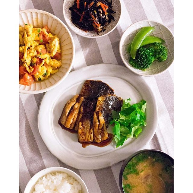 jane__san今日はイワシを手開きして蒲焼きに、ナオメシ * 次の課題はもう少し手早く手開きができるようになること * #いわしの蒲焼き  #卵とトマトの中華炒め #ひじきの煮物 #蒸し野菜 * #japan#food#dinner#fish#vegetables#healthy#foodpic#和食#魚#野菜#健康#健康食#夕食#夕飯#常備菜#おうちごはん#手料理#無添加#器