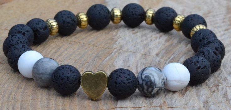 Buď sama sebou! Náramek z černých lávových korálků, dvou bílých hovlitových a dvou šedých jaspisových korálků se srdcem a šesti zlatými mezidíly. http://www.shopfido.cz/produkt/naramek-srdce-z-lavovych-koralku/
