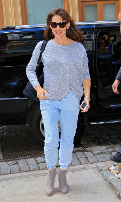 Comfy Jeans For years, jeans have been stuck in a skinny rut, but that's set to change in 2015. This year, pant silhouettes will be far more relaxed and there will be flexibility in the cut, crop and rise options. We foresee lots of outfits similar to Jennifer Garner's in this pic. The jeans fit her body perfectly yet aren't frumpy. Photo: © Getty Images