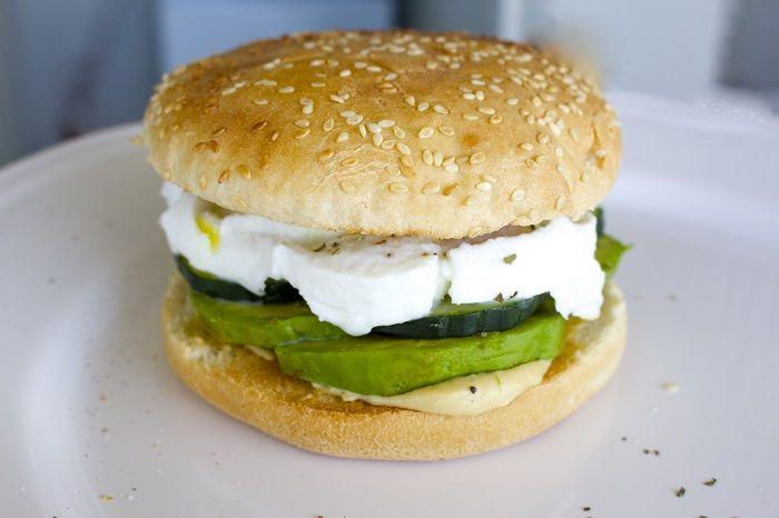 Avocat, mozza, concombre… voici votre burger spécial canicule !