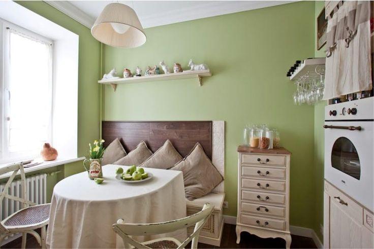 Зеленые стены в интерьере кухни в английском стиле