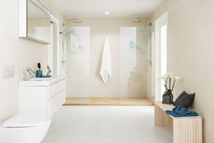 Kun kylpyhuone on niukan tyylikäs, pienet yksityiskohdat uusista pyyhkeistä kukkiin tuovat helposti uuden ilmeen tuttuun tilaan.