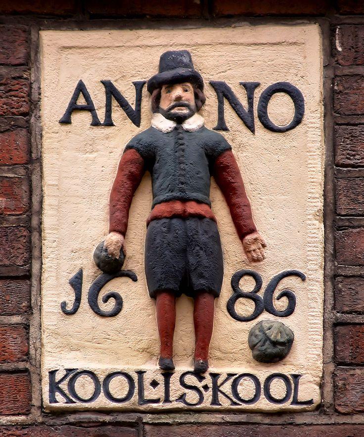 Kool is kool, een variant op het middeleeuwse spreekwoord: kool is kost (daar kun je de dag mee doorkomen) en warmoes is eten (daarvan heb je na een uur weer honger). In de Jordaan in Amsterdam