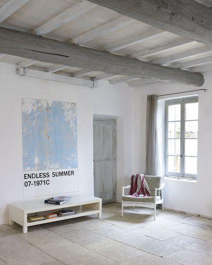 Repeindre les poutres du plafond apporte de la clarté dans la pièce
