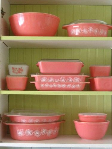 Vintage Pink Pyrex {I would love to have these}