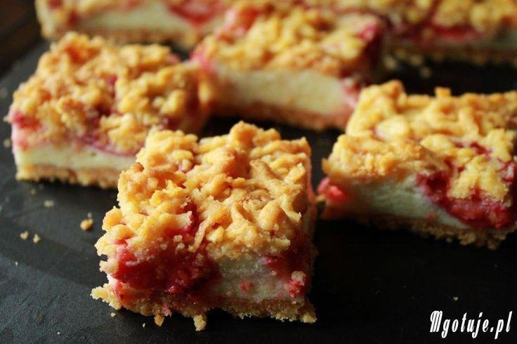 Pyszne kruche ciasto z delikatną budyniową pianką z sezonowymi owocami: np. malinami, jagodami, borówką amerykańską lub tak jak u mnie z truskawkami. Smakuje wyśmienicie :-)