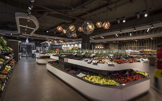 ハンガリーのデザイン会社、LAB5 architectsが手がけた新プロジェクトは、首都ブダペストにある大手チェーンスーパー ・ SPAR の、フラッグシップ店のデザインです。 波のように隆線的な、ウッドのラインに引 …