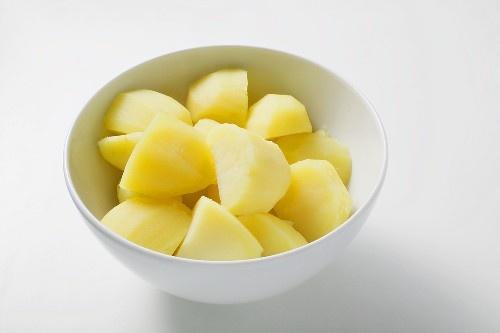 Patate lesse al microonde:  lavare le patate, bucherellarle con uno stuzzicadenti in profondità e metterle nel microonde 5 minuti a media potenza e 5 minuti a massima potenza