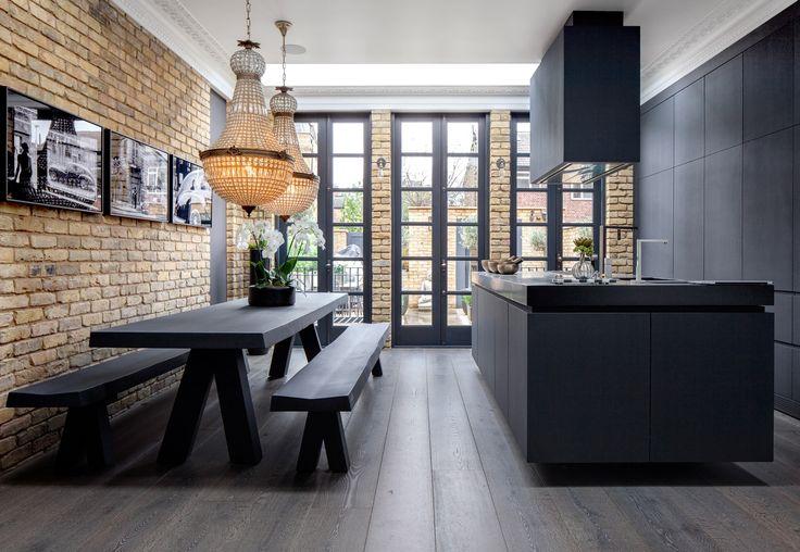 кухня кирпич стеклянные двери обеденный стол скамейка