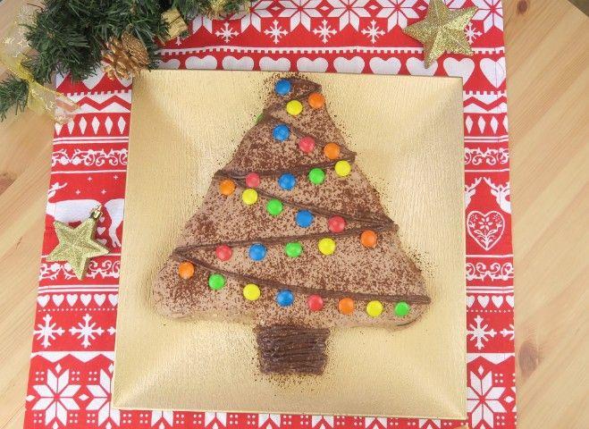 L'albero di biscotti è una versione della torta pan di stelle già molto conosciuta. Ma avreste mai pensato di darle la forma di un albero? Avrete bisogno in totale di 50 biscotti al cacao, 5 serviranno per la base. Inzuppate i biscotti nel latte, stendete sopra prima la crema di nocciole e poi la panna. Infine ripetete l'operazione. Coprite tutto con panna e crema di nocciole e decorate come più preferite. Buon Natale <3