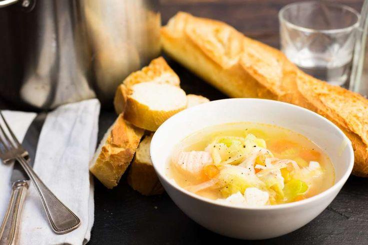 Recept voor vissoep voor 4 personen. Met zout, olijfolie, peper, kabeljauwfilet, zalmfilet, afbakstokbrood, knoflook, prei, bleekselderij, vleestomaat en visbouillonblokje