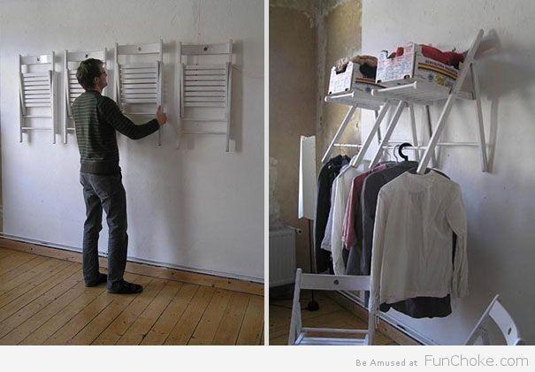 Sem espaço para guardas coisas? Sem problemas! Pendure algumas cadeiras na parede para criar um armário improvisado.