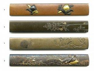 51 4 Kozuka Japan L 9,7 cm - 9,8 cm.   Provenienz: Carlo Monzino (1931-1996), Castagnola.  Verschiedene Metalllegierungen mit diversen Motiven. Unterschiedlicher Dekor mit feinen Details, z.T. mit Gold-, Silber- oder Kupfertauschierungen.  a: gemäss Sotheby's London (Juni 1996, Lot 113): Nara-Schule. Edo-Zeit (18./19. Jh.).  c und d: signiert.