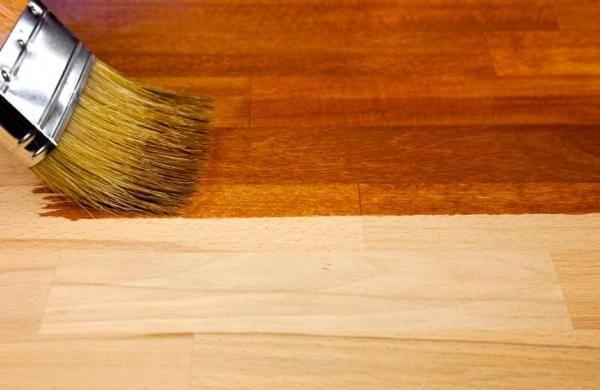 Como pintar piso de madeira. O piso de alguns cômodos de seu lar é de madeira e quer dar um novo ar a ele? O assoalho está riscado e precisa de uma demão de tinta? Anote. Em umComo.com.br ensinamos a você como pintar piso de made...