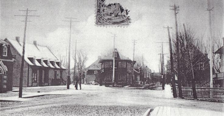 Le cœur de Saint-Thomas | Vue sur l'entrée des rues commerçantes. L'immeuble au centre a été substitué par le bâtiment actuelle en brique. Il a été déménagé et subsiste toujours. On remarque à l'avant plan à gauche, l'entrée de la salle publique déménagée en 1906 et détruite par un incendie en 1929. © Collection Société d'histoire de Montmagny
