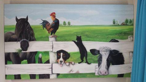 Soms is de structuur van de muur niet geschikt om een mooie schildering op te maken of je weet nog niet of je in dit huis blijft wonen... Dan is een schildering op een paneel een uitkomst! Het kleine kamertje van Jesse staat nu vol met boerderijdieren achter een wit hek.