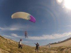鳥取砂丘でのパラグライダー体験が面白い パラグライダーはやってみたいけど人では怖いそんな人におすすめ プロのインストラクターが一緒にフライトしてくれるので安心して体験できます パラグライダーで鳥取砂丘の空を飛んでみませんか tags[鳥取県]