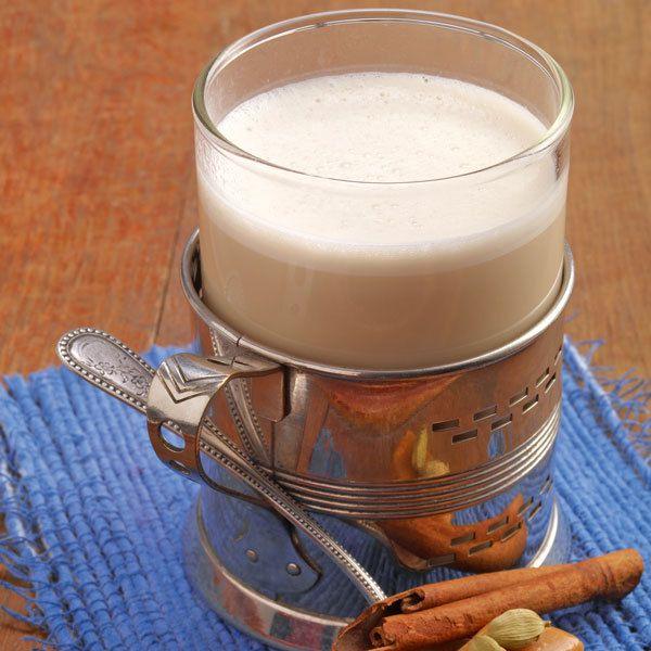"""In diesen Chai kommt nicht der in Coffeeshops gerne verwendete Karamellsirup. In der gewürzten Milch werden """"echte"""" Karamelltoffees aufgelöst."""