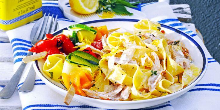 Bij deze frisse pasta met room, citroen en kip serveer je spiesen met gegrilde courgette en paprika. Ook koud heel lekker. Dit heb je nodig: -2…