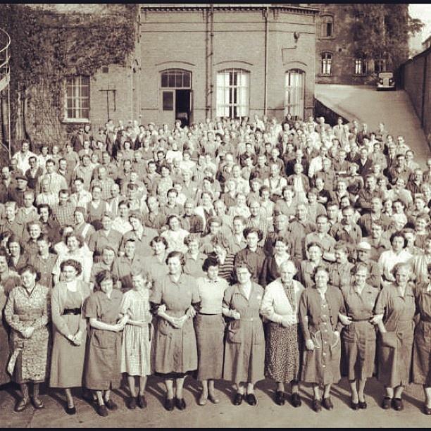 """@akerselvadigitalt's photo: """"Instagram anno 1956. Christiania Seildugsfabrik #seilduken var en av de største arbeidsplassene langs elva. På det meste, tidlig på 1900-tallet, hadde fabrikken 1100 arbeidere - hvorav de fleste kvinner."""""""