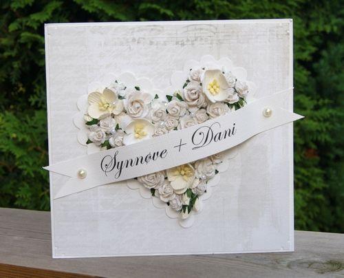 Bryllupskort, hvitt hjerte laget av blomster.