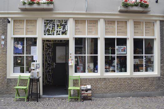 Elseline Knuttel richtte in december 2010 haar speciaalzaak rondom 'lezen' op: www.leesletters.nl. LeesLETTERS richt zich voornamelijk op de zwakke lezers.