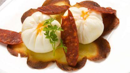 Receta de Huevo flor con torta de patata y chorizos