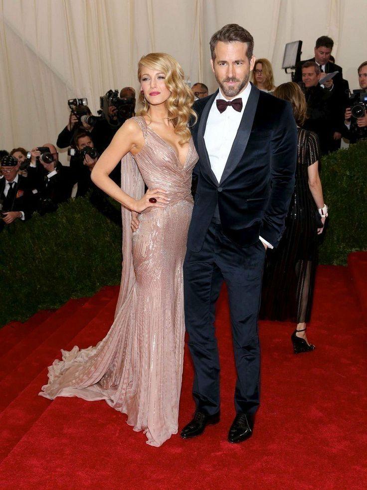 """Blake Lively et Ryan Reynolds. Au """"Met Ball Costume Institue Gala"""" Un costume classique pour monsieur et une robe qui fais penser a celle de la Reine des Neiges pour madame."""